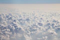 Nuvens como a janela completamente vista de um avião fotografia de stock royalty free