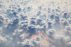 Nuvens como a janela completamente vista de um avião imagem de stock