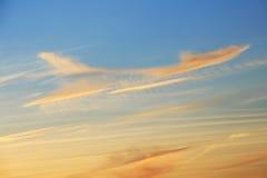 Nuvens como um plano no céu Fotos de Stock Royalty Free