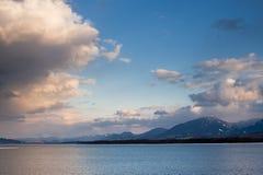 Nuvens cor-de-rosa da noite sobre o lago fotos de stock royalty free
