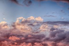 Nuvens cor-de-rosa e céus azuis no por do sol 0154 Imagens de Stock
