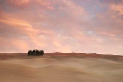 Nuvens cor-de-rosa sobre Toscânia foto de stock royalty free