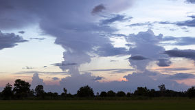 Nuvens crepusculares na noite no campo fotos de stock royalty free