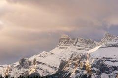 Nuvens da manhã acima de um pico de montanha nevado Foto de Stock Royalty Free