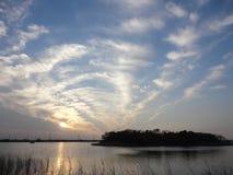 Nuvens da noite do inverno sobre o lago Ushiku foto de stock royalty free