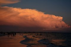 Nuvens da praia foto de stock royalty free