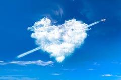 Nuvens dadas forma coração no céu azul Imagens de Stock