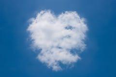 Nuvens dadas forma coração no céu azul Imagens de Stock Royalty Free