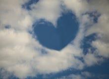 Nuvens dadas forma coração no céu azul Fotografia de Stock