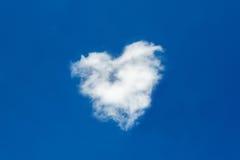 Nuvens dadas forma coração no céu azul profundo Imagens de Stock Royalty Free
