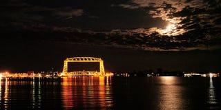 Nuvens das luzes de Lua cheia sobre a ponte de elevador aérea icónica de Duluth Minnesota foto de stock