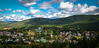 Nuvens das montanhas da igreja da vila da paisagem de Sun foto de stock