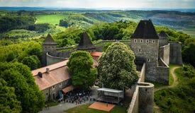 nuvens das montanhas da igreja da vila da paisagem de Sun do castelo fotografia de stock royalty free