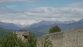 Nuvens das montanhas e monastério de Alaverdi em Geórgia vídeos de arquivo