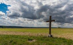 Nuvens de ameaça em uma cruz normanda imagens de stock