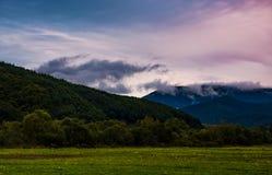 nuvens de aumentação no vale no alvorecer Fotos de Stock Royalty Free