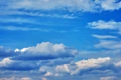 Nuvens de cúmulo bonitas em um céu azul Fundo Fotografia de Stock