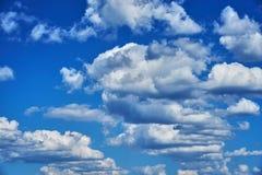 Nuvens de cúmulo bonitas em um céu azul Fundo Imagem de Stock