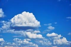 Nuvens de cúmulo bonitas em um céu azul Fundo Fotos de Stock