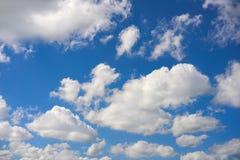 Nuvens de cúmulo brancas do céu azul do verão foto de stock royalty free
