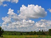 Nuvens de cúmulo brancas no céu azul brilhante Fotos de Stock Royalty Free