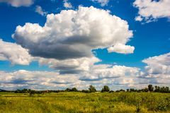 Nuvens de cúmulo enormes Imagem de Stock