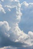 Nuvens de cúmulo-nimbo no céu azul, close-up Fotos de Stock