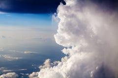Nuvens de cúmulo no céu azul 30000 pés Fotografia de Stock Royalty Free