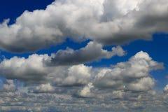 Nuvens de cúmulo pesadas, mas branco Fotografia de Stock Royalty Free