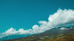 Nuvens de cúmulo sobre a montanha em Crimeia Timelapse video estoque