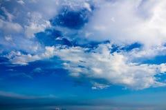 Nuvens de chuva cinzentas no céu azul Imagens de Stock Royalty Free