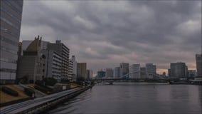 Nuvens de chuva cinzentas que movem-se no céu escuro rápido do lapso de tempo sobre a arquitetura financeira do centro do distrit filme