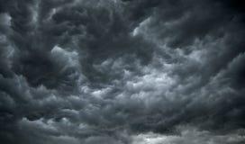 Nuvens de chuva escuras, sinistras