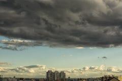 Nuvens de chuva no céu Fotos de Stock