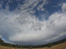 Nuvens de chuva que transformam na luz do sol vídeos de arquivo