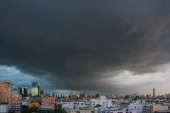 Nuvens de chuva sobre a cidade, Tailândia Foto de Stock Royalty Free