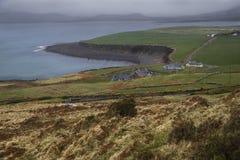 Nuvens de chuva sobre a costa de ireland e a paisagem verde.  Foto de Stock Royalty Free