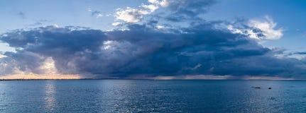 Nuvens de chuva sobre o mar Imagem de Stock Royalty Free