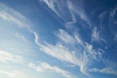 Nuvens de cirro bonitas e céu azul na manhã imagens de stock