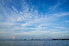 Nuvens de cirro bonitas e fundo do céu azul fotografia de stock royalty free