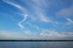 Nuvens de cirro bonitas no fundo do céu azul fotos de stock royalty free