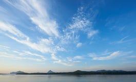 Nuvens de cirro bonitas sobre o mar fotos de stock royalty free