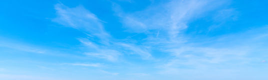 Nuvens de cirro e céu azul fotografia de stock