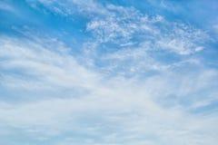 Nuvens de cirro-estrato no céu azul Fotografia de Stock Royalty Free