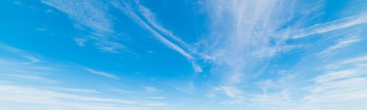 Nuvens de cirro na primavera imagens de stock royalty free