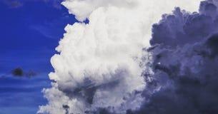 Nuvens de contraste Fotos de Stock Royalty Free
