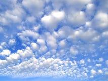 Nuvens de cumulus brancas imagem de stock