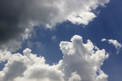 Nuvens de Cumulus brancas no céu azul nimbus Foto de Stock