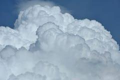 Nuvens de Cumulus no céu azul Imagem de Stock Royalty Free