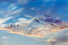 Nuvens de Cumulus no céu do por do sol imagens de stock royalty free